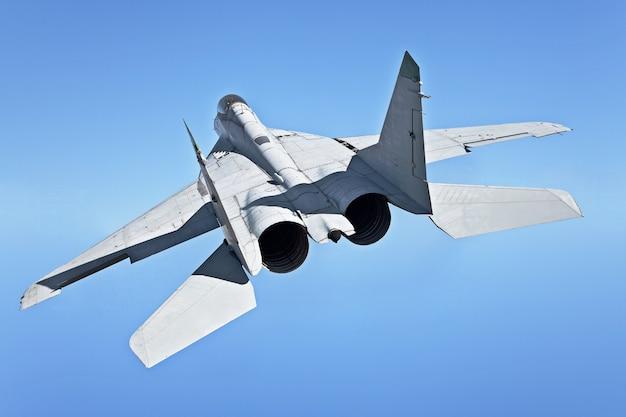 青空の背景に分離された軍用戦闘機