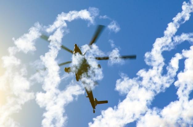 미사일 연기 뒤에 있는 군용 헬리콥터.