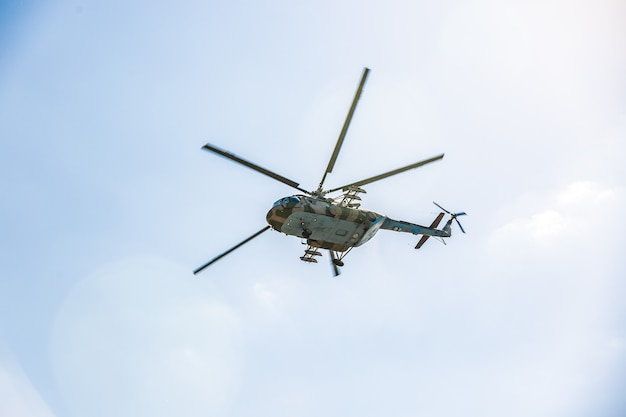 軍事デモンストレーションを実行する運動中に飛行する軍用ヘリコプター