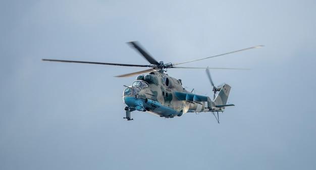 하늘 배경에 임무에 군사 헬리콥터.