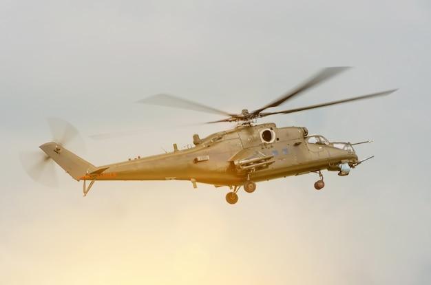 Военный вертолет с оружием в небе.