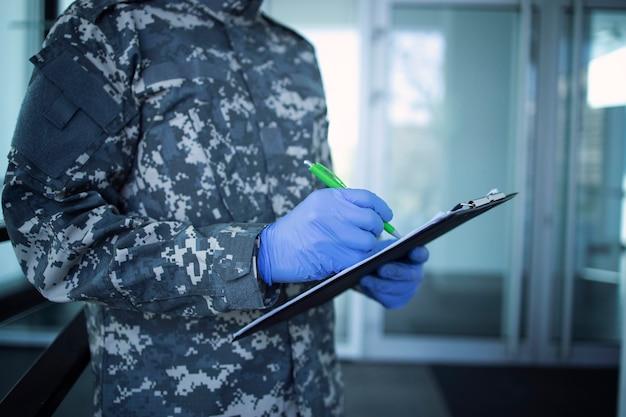 Militare che aiuta nella lotta contro il virus della corona