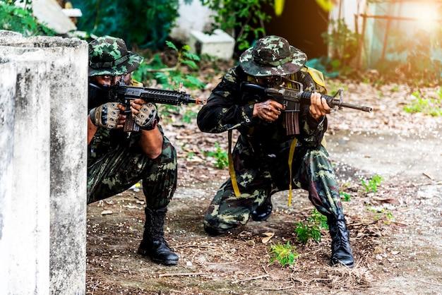 기관총을 들고 군사