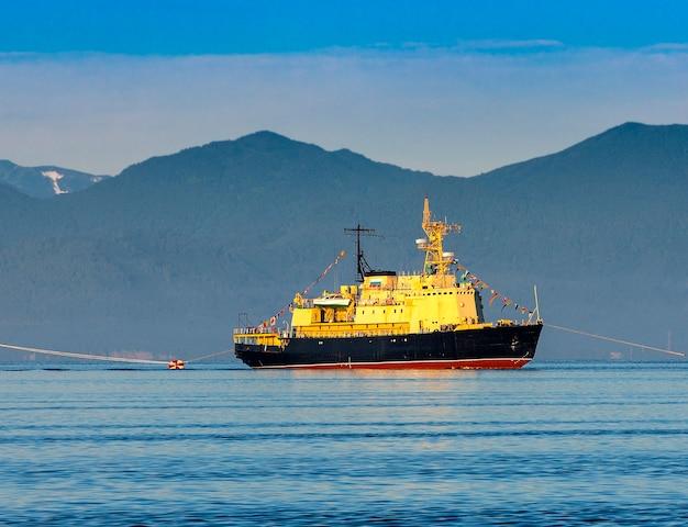 ミリタリー砕氷船