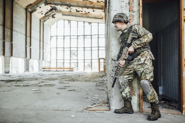 形の軍隊は大きなライフルの手に握ります