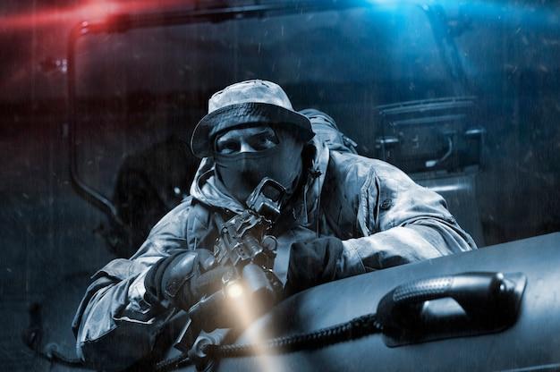 Военный с полной боевой амуницией преследует браконьера на лодке с мигалкой. понятие о грабеже, пиратстве, браконьерстве, торговле людьми и наркотиками. смешанная техника