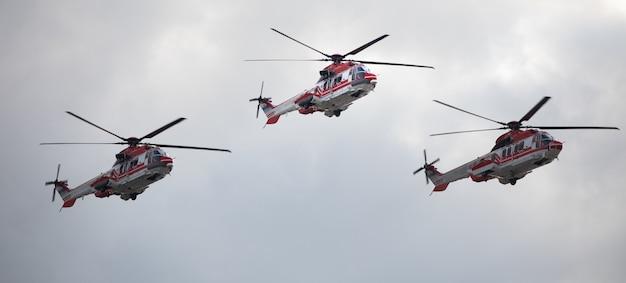 空に対して、負傷者の緊急避難のための軍用医療ヘリコプター。