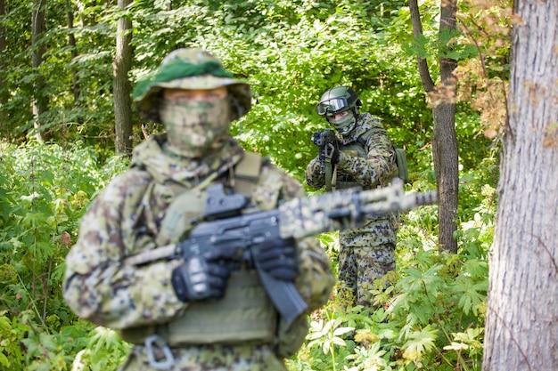 カラシニコフのアサルトライフルを持った森の軍人。危険。