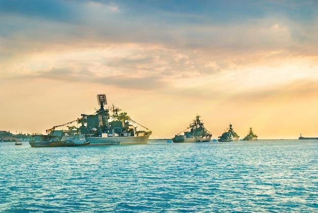 일몰 시간에 바다만의 군함