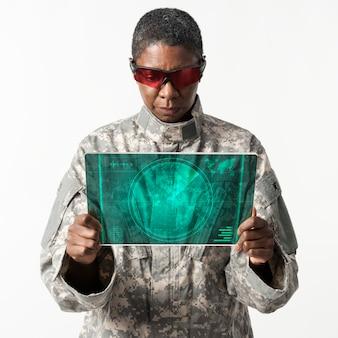 Ufficiale militare che utilizza la tecnologia dell'esercito tablet trasparente transparent