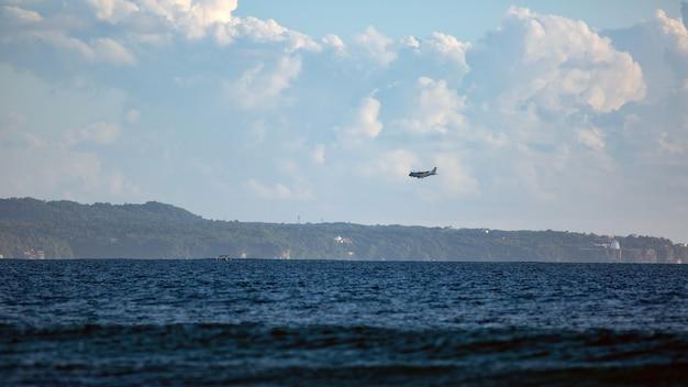 Военный самолет приземляется