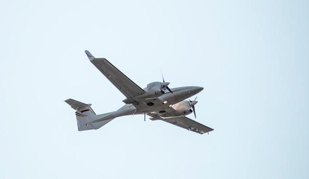 Военный разведывательный самолет, двухмоторный, одноместный, на фоне неба. крупный план.