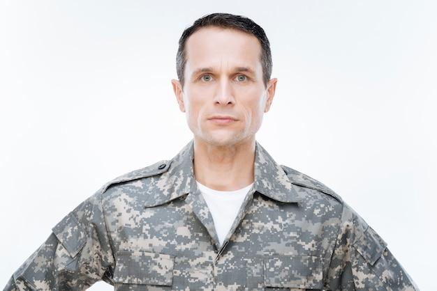 Военная служба. умный красивый уверенный в себе мужчина в униформе, смотрящий перед собой, во время службы в армии сша