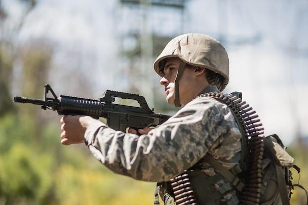 ブートキャンプでライフルを狙う軍人