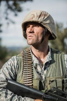 부트 캠프에서 무기로 훈련하는 동안 군인
