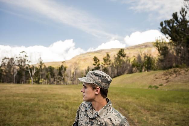 ブートキャンプで警備している軍の兵士