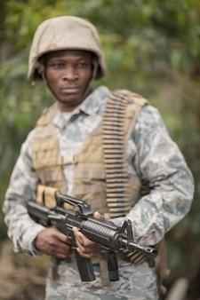 부트 캠프에서 소총으로 지키는 군인