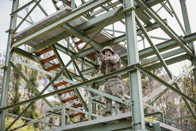 ブートキャンプでライフルで守っている軍の兵士