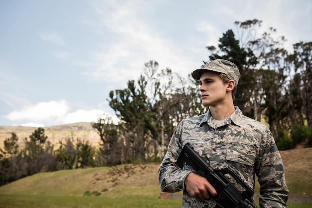 ライフルで守っている兵士
