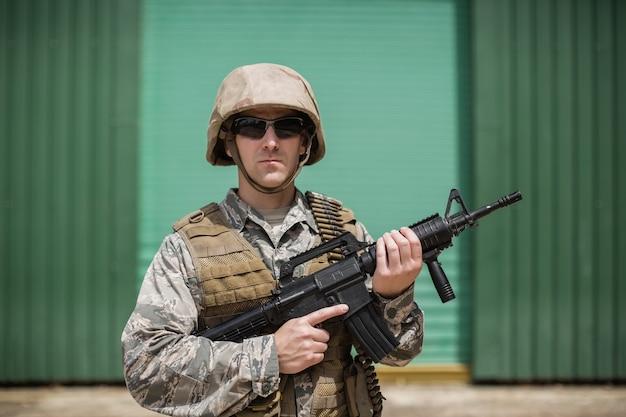 부트 캠프에서 소총으로 서 군사 군인