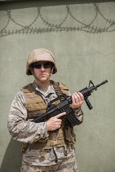 ブートキャンプでライフルを持って立っている軍の兵士