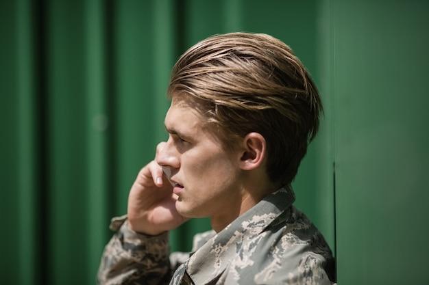 부트 캠프에서 휴대 전화에 대 한 얘기하는 군사 군인