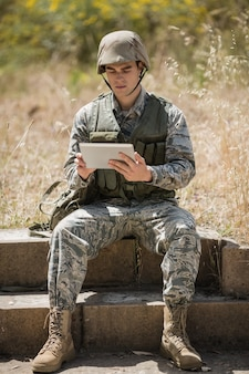 ブートキャンプでデジタルタブレットを使用している軍の兵士
