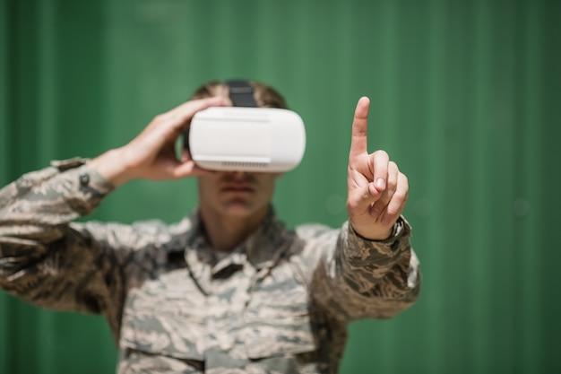 ブートキャンプでバーチャルリアリティヘッドセットを使用している軍の兵士
