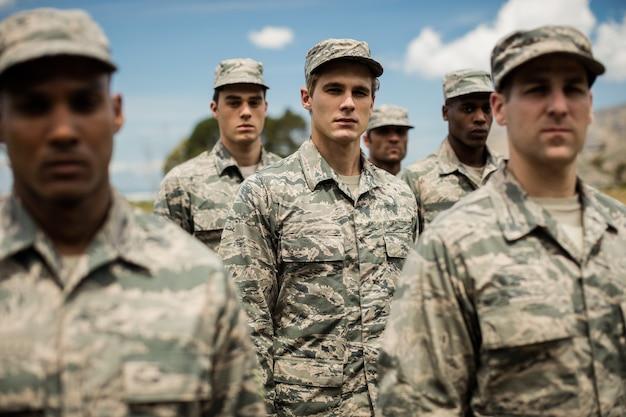 ブートキャンプに立っている軍の兵士