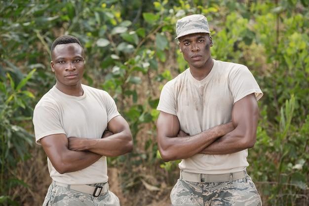 Военные солдаты стоят вместе во время полосы препятствий в учебном лагере