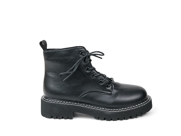 白い表面に絶縁された靴紐を備えたミリタリースタイルのレザーブーツ