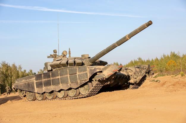 Военный танк. военная концепция. танк на учениях.