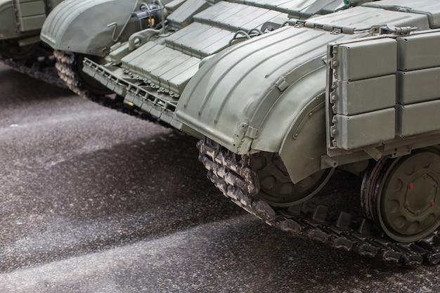 Военный танк на дороге
