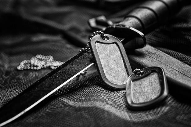 軍事トークンはナイフにあります。軍隊、戦争、政治的紛争の概念。上からの眺め。ミクストメディア