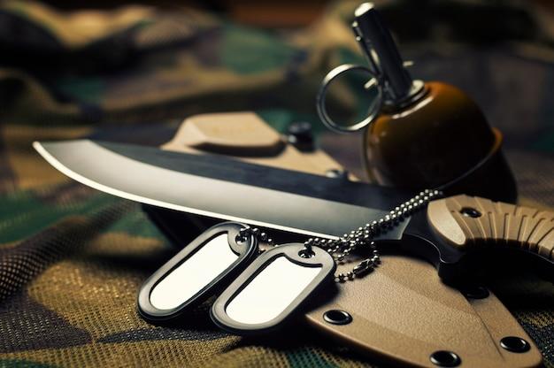 軍事トークンはナイフにあります。軍隊、戦争、政治的紛争の概念。上からの眺め。
