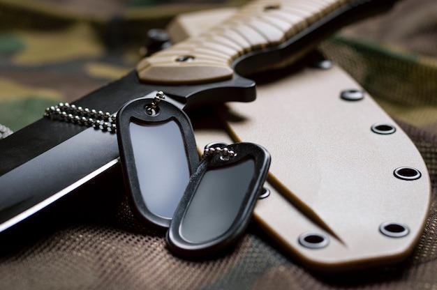 軍事トークンはナイフにあります。軍隊、戦争、政治的紛争の概念。