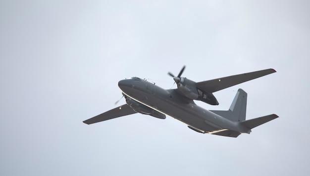하늘 배경에 군사 트윈 엔진 수송 항공기입니다.