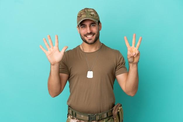 Военные с собачьей биркой на синем фоне, считая восемь пальцами