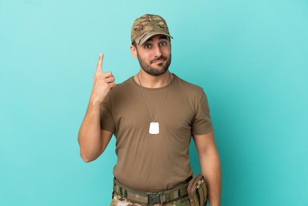 Военные с биркой на синем фоне, указывая указательным пальцем - отличная идея