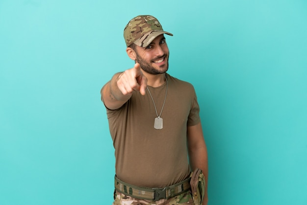 Военные с собачьей биркой на синем фоне с уверенным выражением лица указывают пальцем на вас