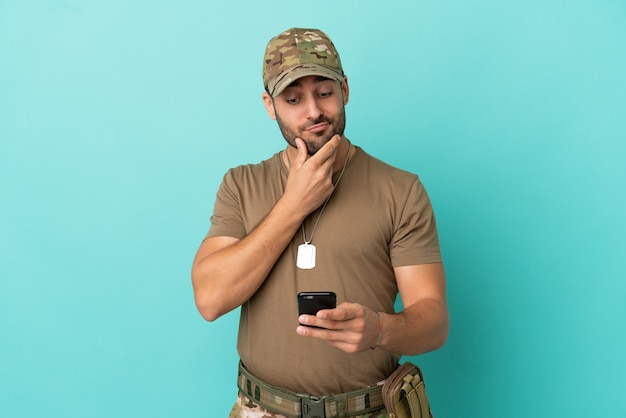 Военные с собачьей биркой на синем фоне думают и отправляют сообщение