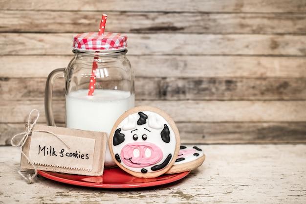 牛乳と赤ちゃんのクッキー