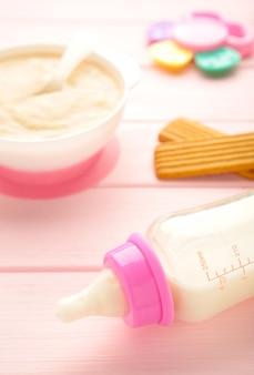 牛乳とお粥と赤ちゃんのためのボウル