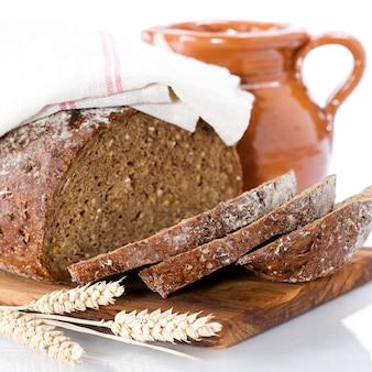 Молоко и хлеб на подносе