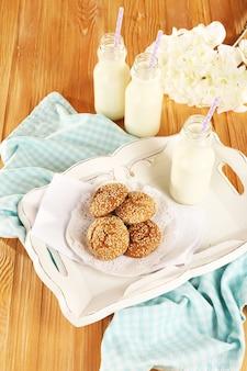 テーブルの上のトレイにミルクとクッキー