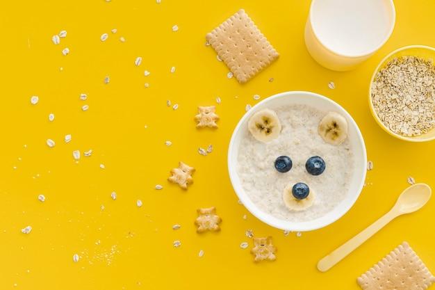 赤ちゃんのための果物とミルクとオート麦のフレーク