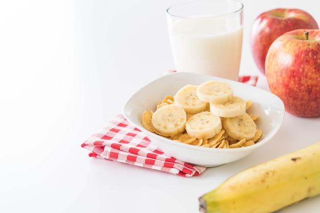 Молоко, яблоко, банан и кукурузные хлопья