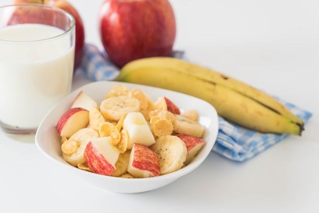 Latte, mela, banane e corn flakes