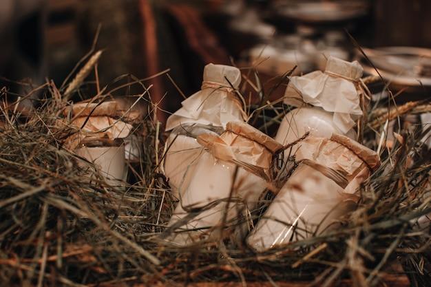 Макет бутылки молока на сене осенняя ферма деревенский стиль полезные продукты сезон благодарения