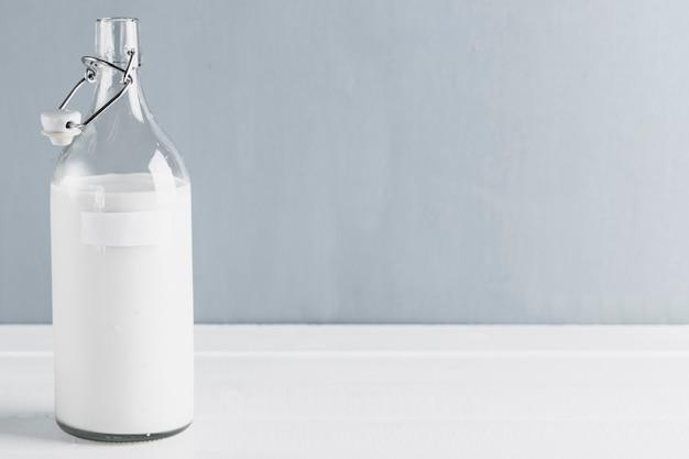 Бутылка молока с копией пространства